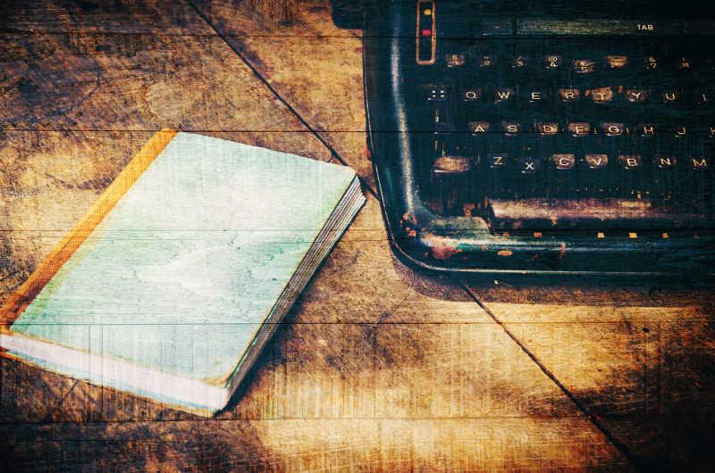 书和复古打印机放在木桌上