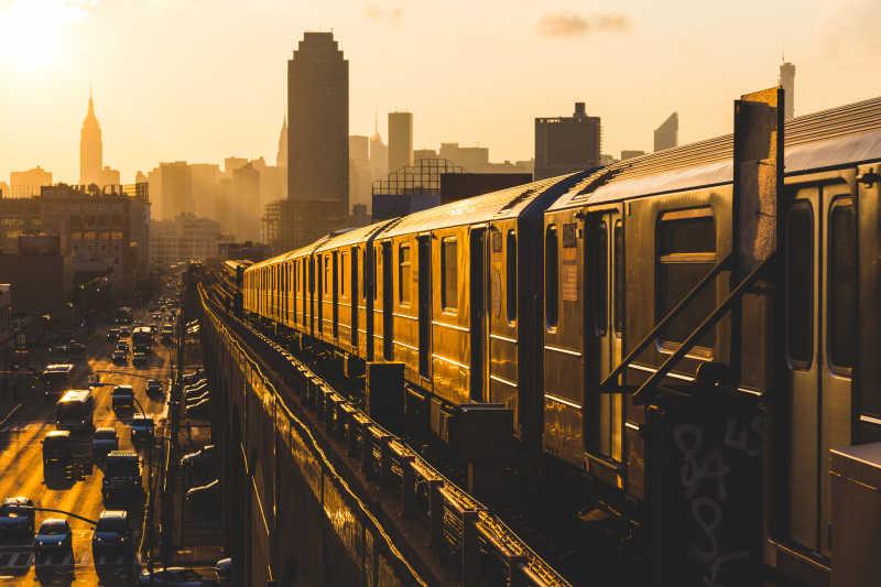 夕阳下的纽约地铁列车