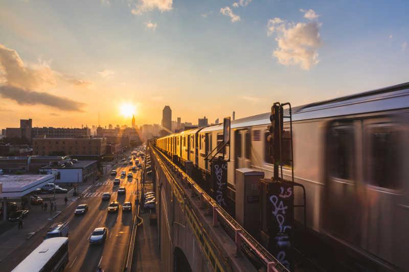 日落时分的纽约地铁列车