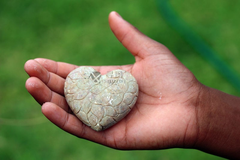 一颗心型的石头