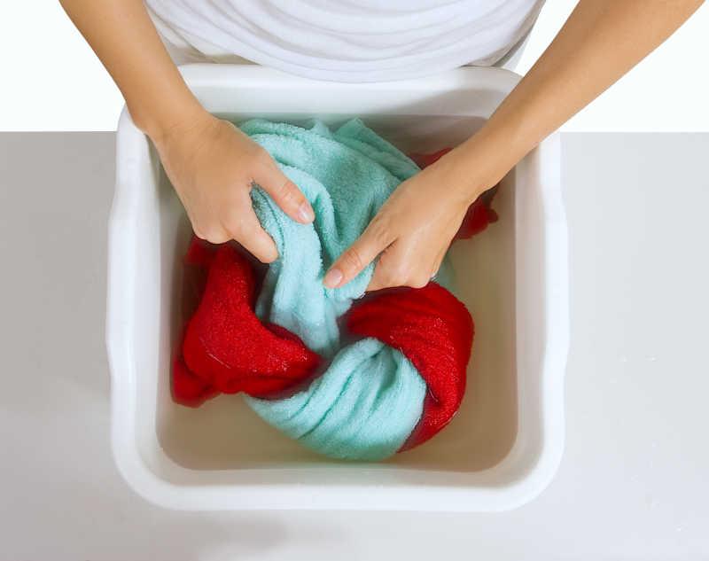 女人正在洗毛巾