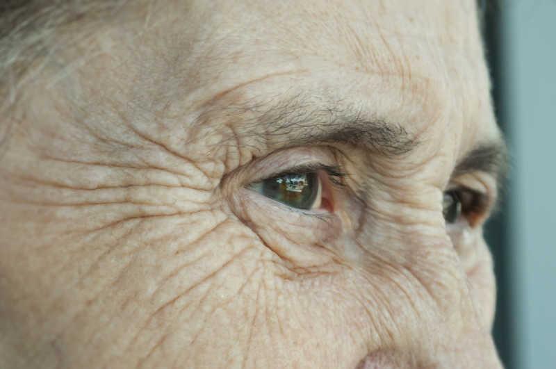 眼角有皱纹的老年人