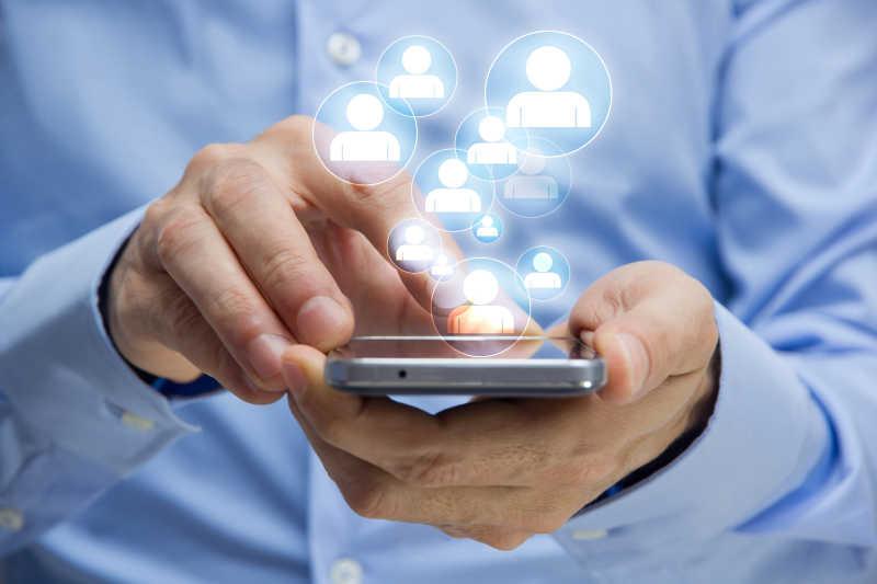 手持手机打电话和发短信的概念