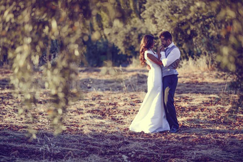 树林里结婚的新婚夫妇
