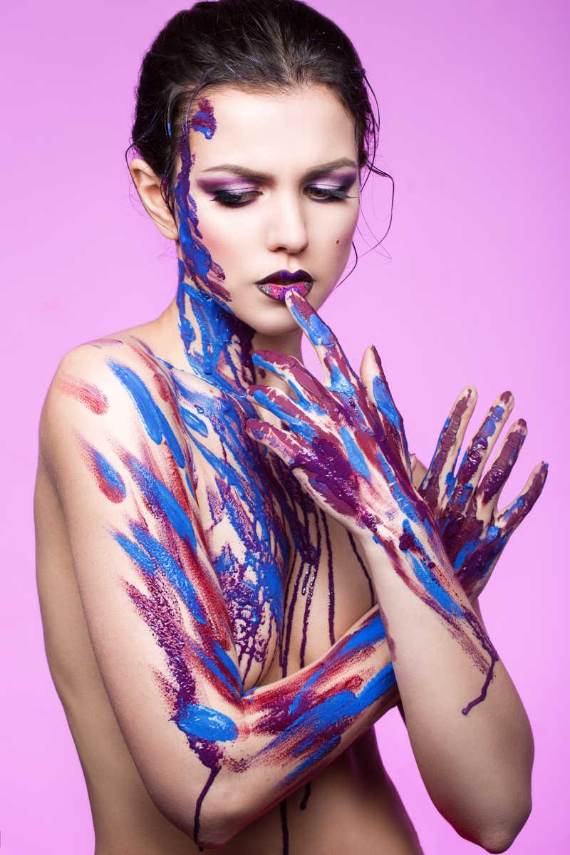 手上涂着颜料的漂亮女孩