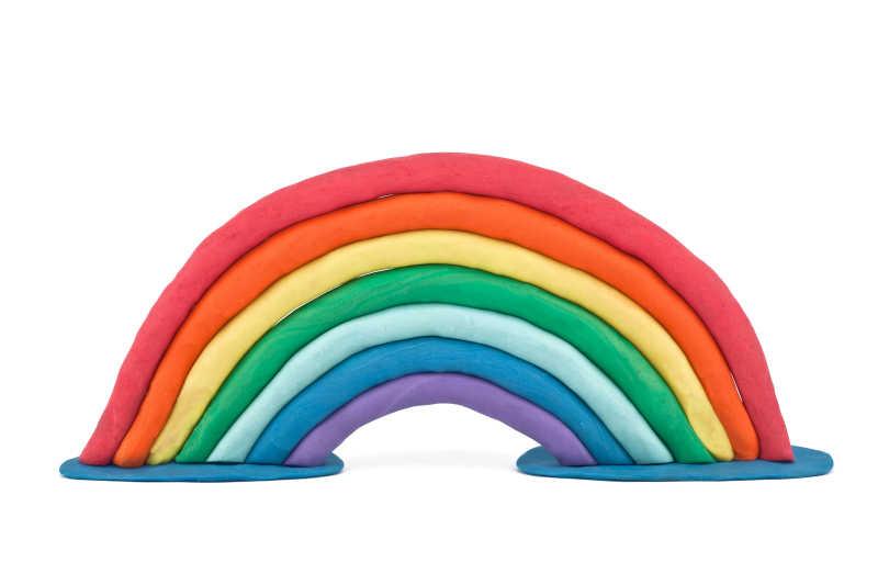 白色背景上的七色彩虹橡皮泥