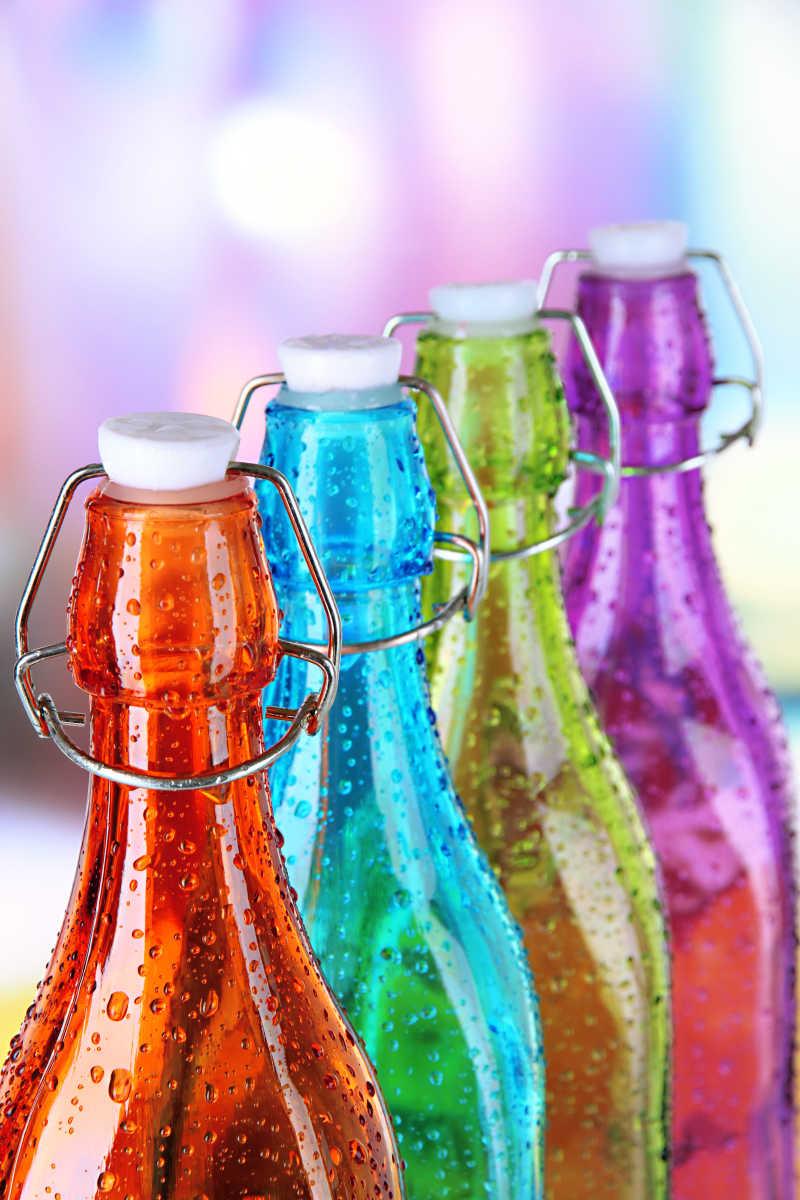 带盖的彩色瓶子