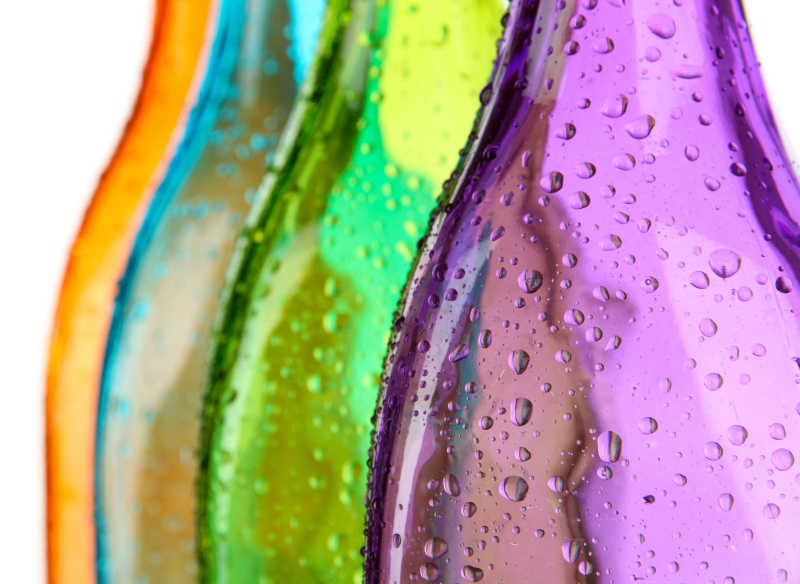白色背景下的彩色瓶子