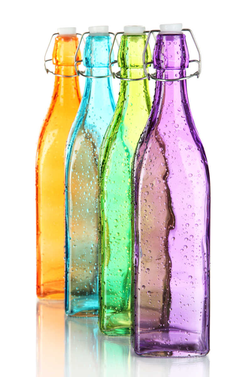 白色背景下的4个彩色瓶子