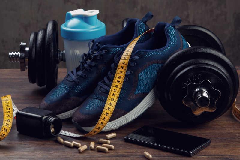 运动鞋与哑铃