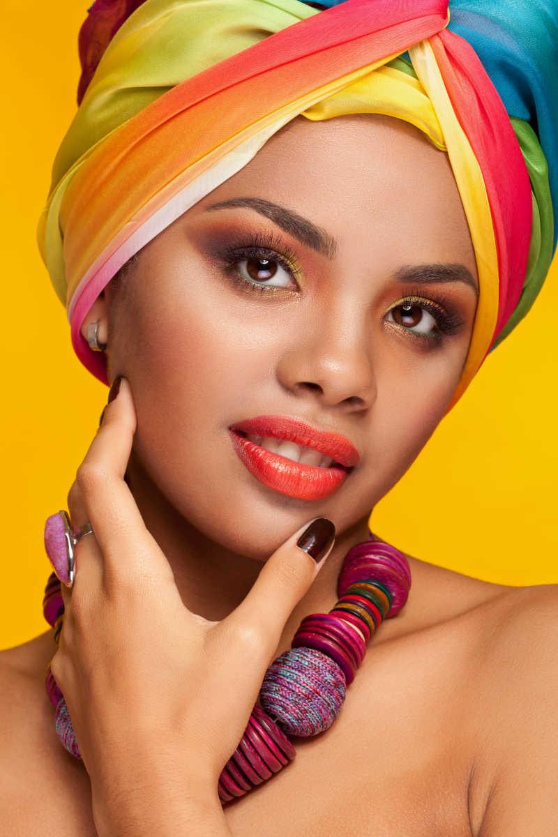 黄色背景中的印度妆容美女