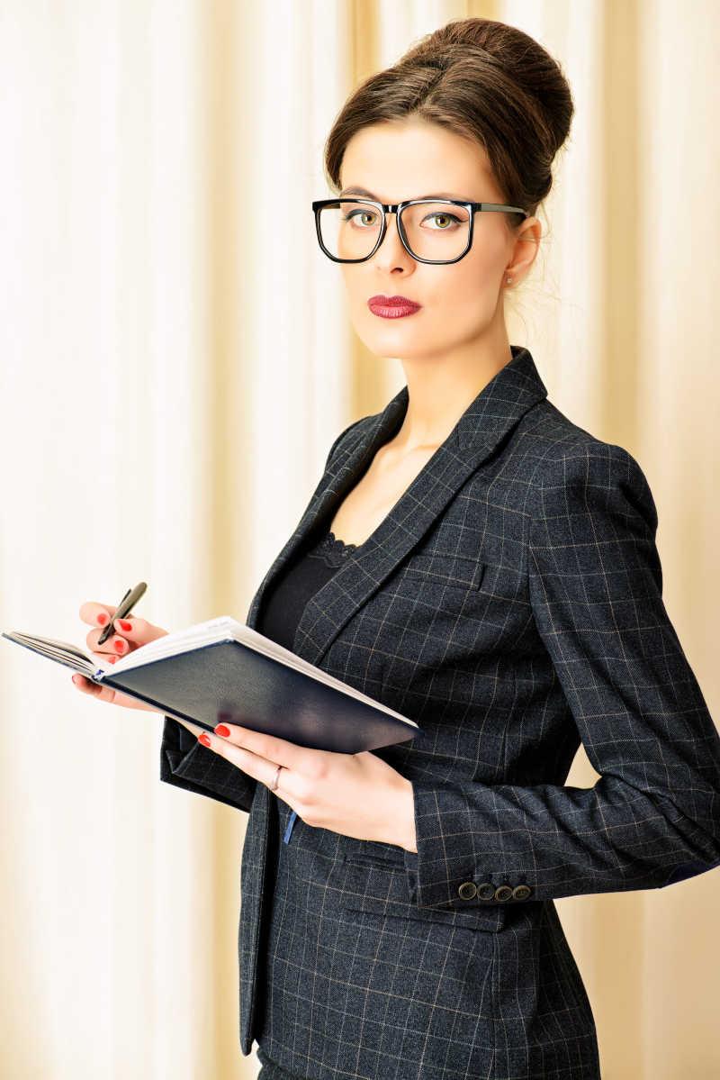一个穿正装的戴眼镜的成熟女商人