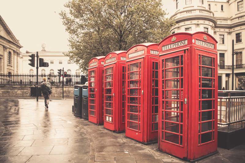 伦敦雨巷旧式红色电话亭