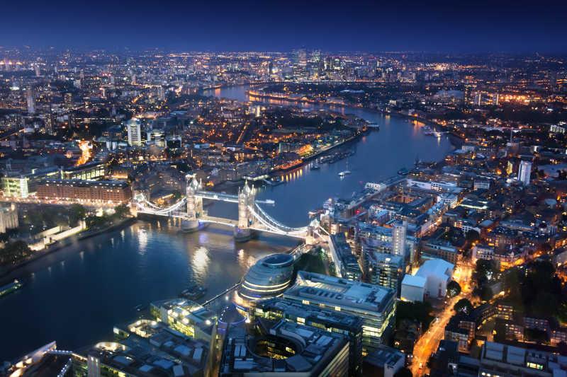 伦敦城市和塔桥的夜景