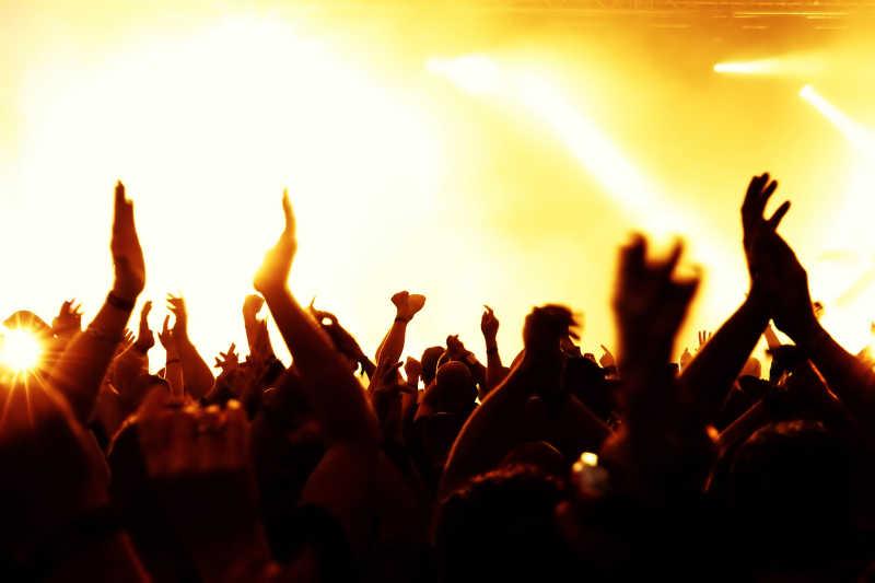 音乐演唱会上欢呼的群众