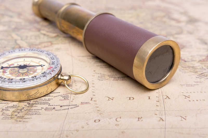 老式地图上的老式望远镜与指南针