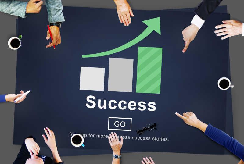 在成功柱状图的背景上讨论会议的人