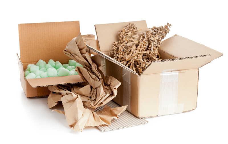 白色背景下灰色可回收纸箱以及产品