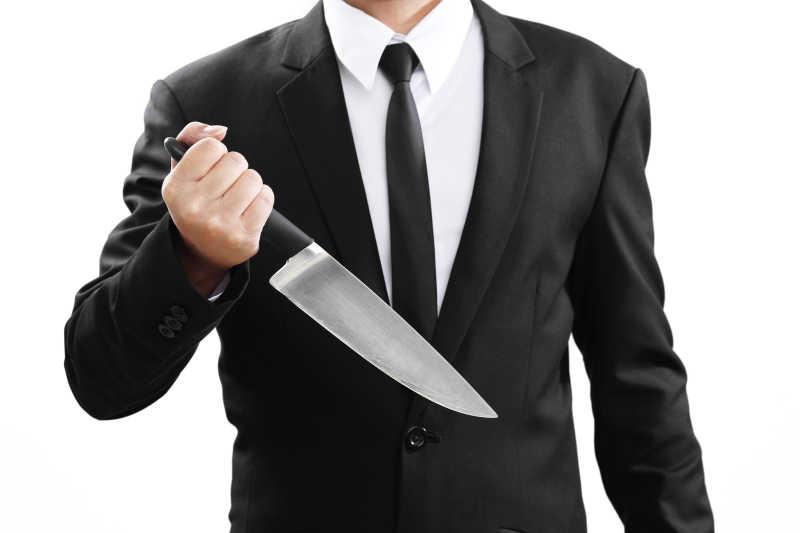 白色背景下拿着刀的商人