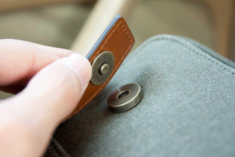 灰色包包上的磁铁搭扣