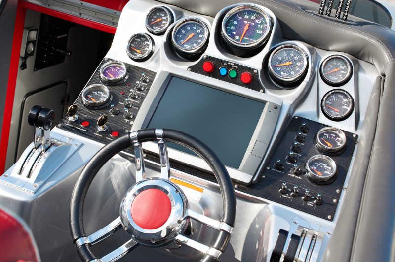 快艇的方向盘和仪表板