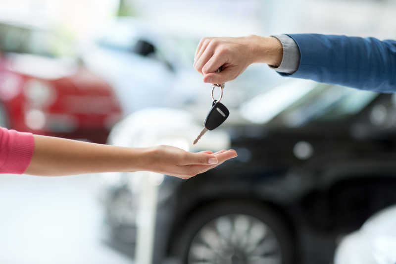 汽车经销商给女人钥匙