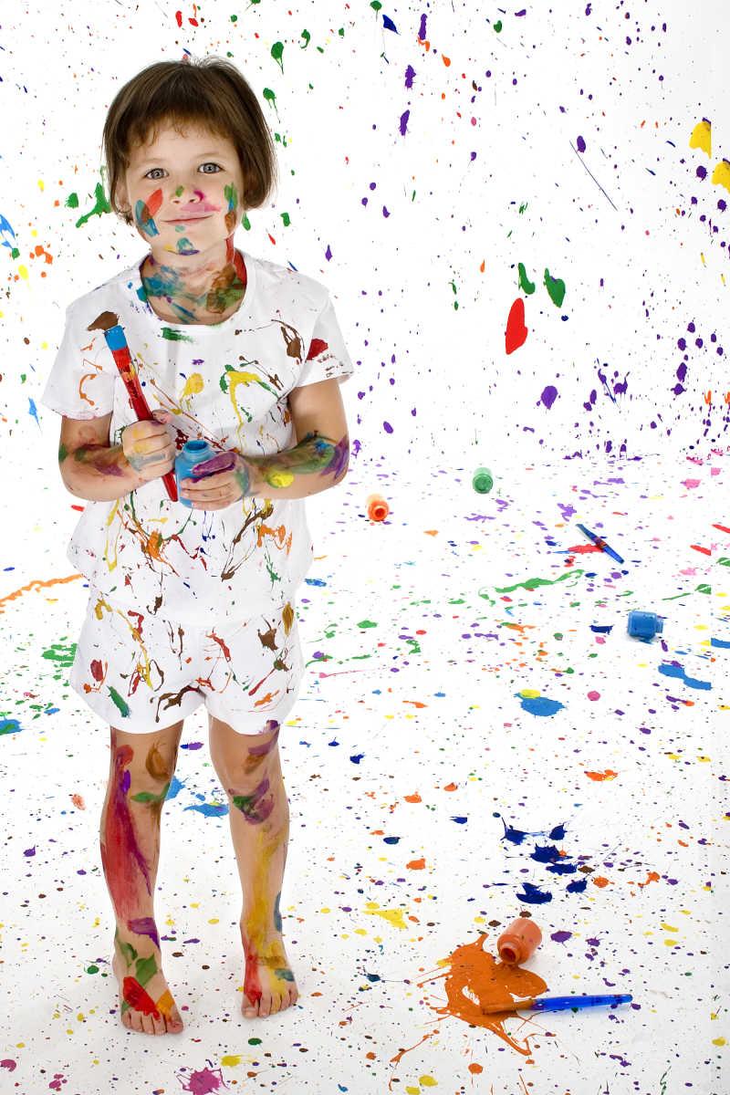 美丽的4岁女孩身上覆盖着鲜艳的颜料