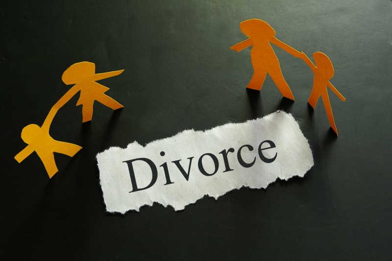 黑色背景下离婚的家庭