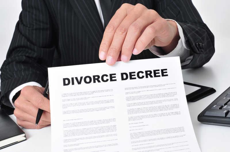出示离婚令的律师