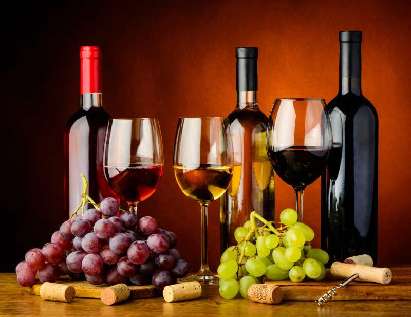 木桌上葡萄与葡萄酒