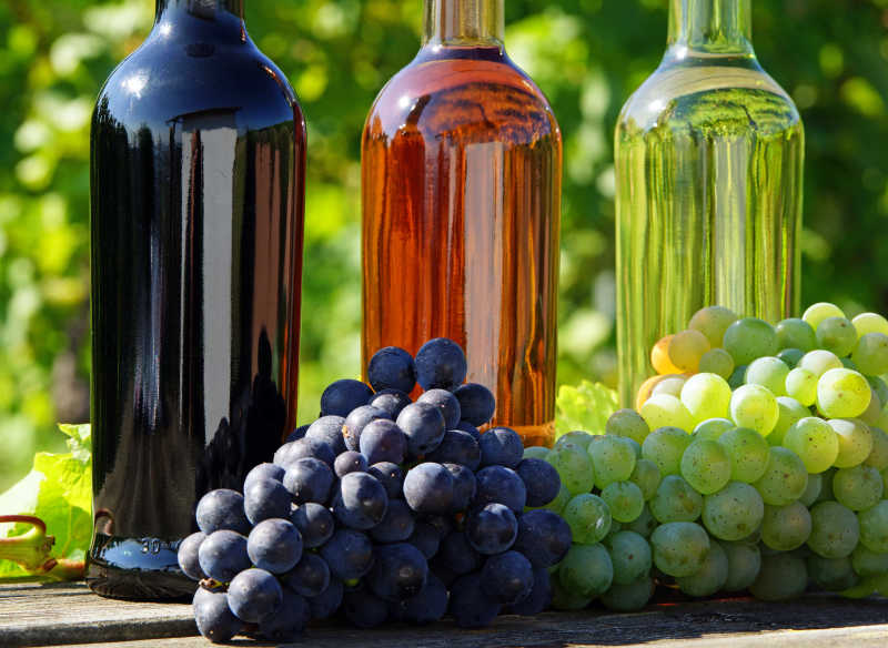 葡萄与酒瓶里的葡萄酒