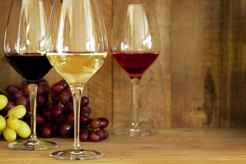 高脚杯里的葡萄酒与葡萄