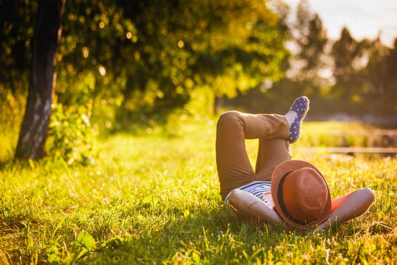 躺在草地上享受大自然