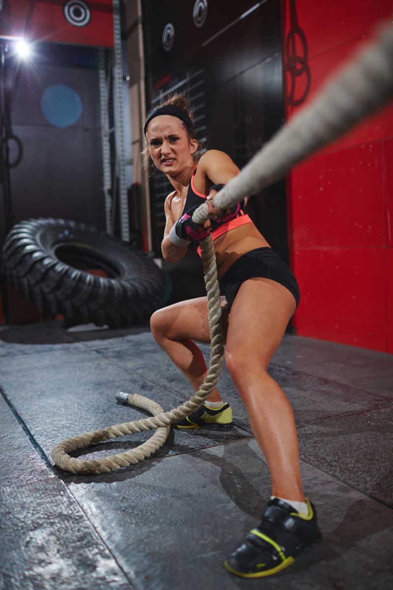 拉着战绳锻炼的白人美女