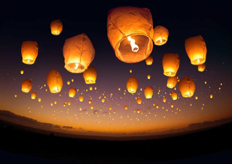 夜晚天空飞扬的孔明灯