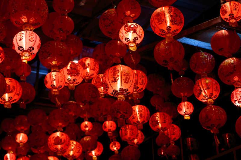 节日里挂出来的红色灯笼