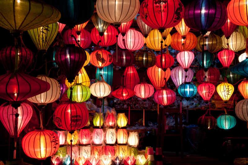 节日上的彩纸灯笼