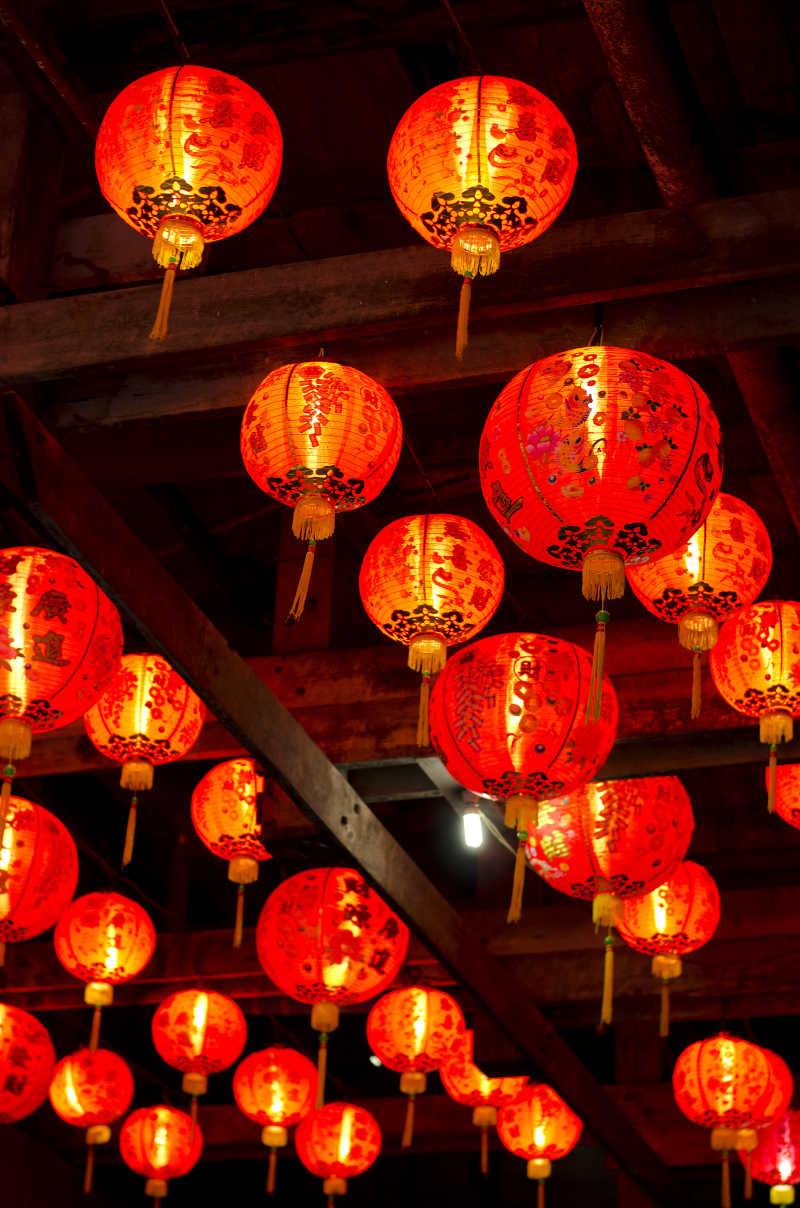 挂在屋顶的传统灯笼