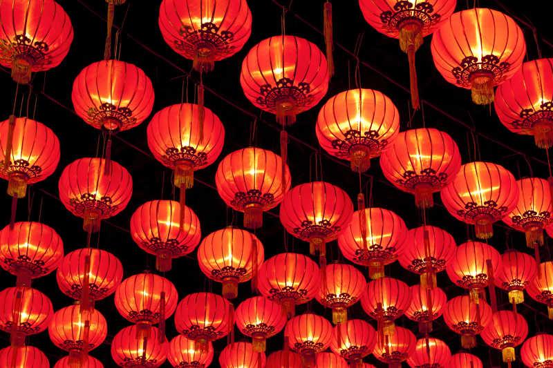 中国街道上的红色灯笼