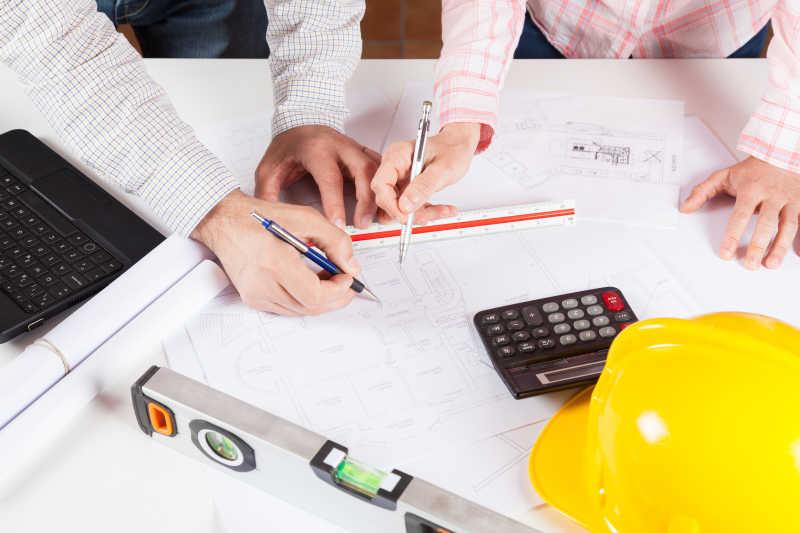 建筑师会议讨论房屋设计蓝图