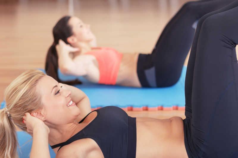 健身房内在做仰卧起坐的女人