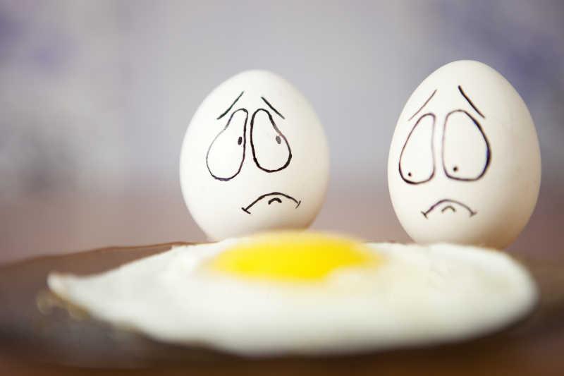 可爱的不想被打开的鸡蛋