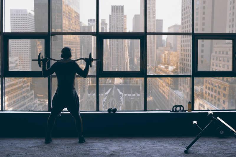 拿着杠铃在健身的男人