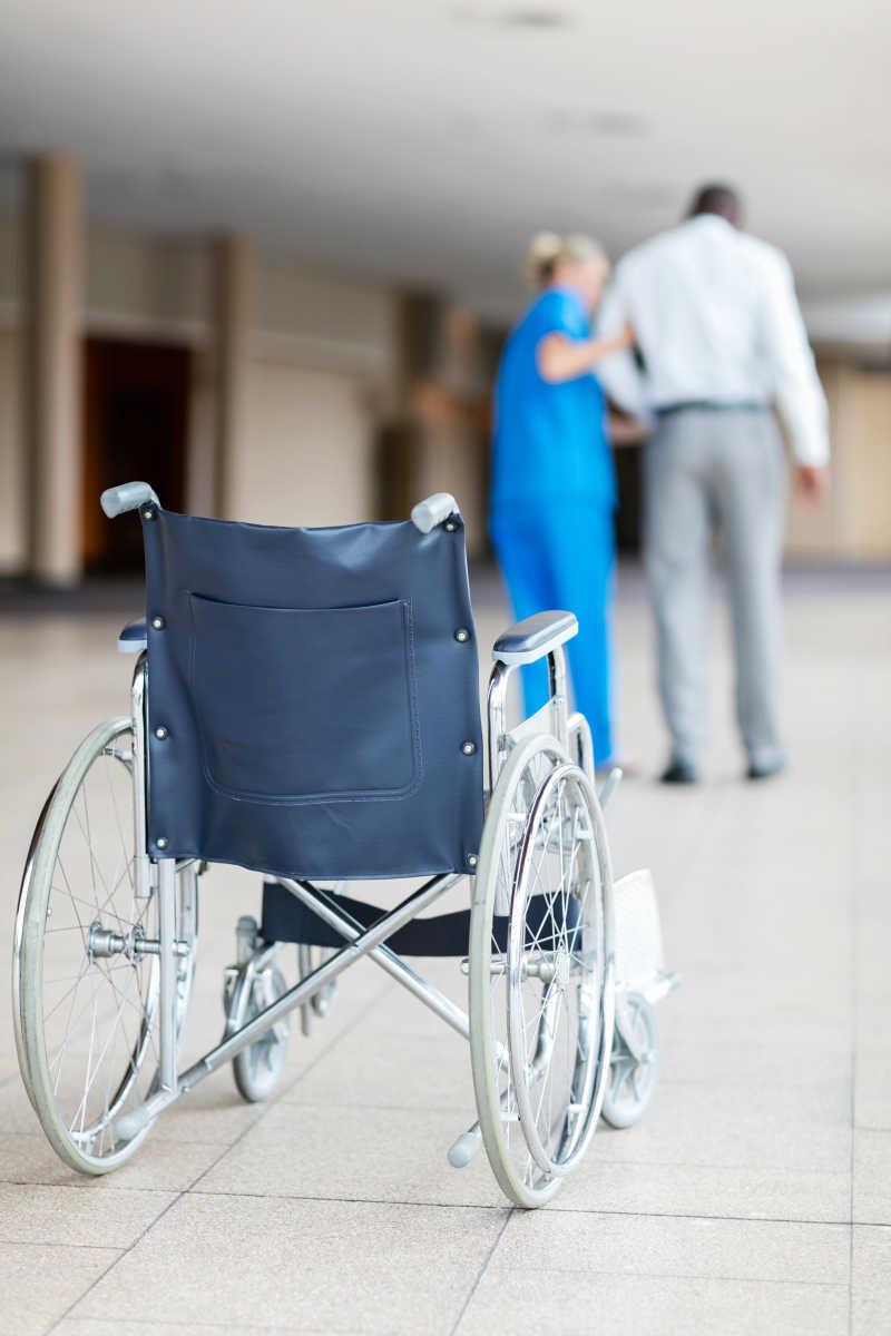 护士帮助病人行走