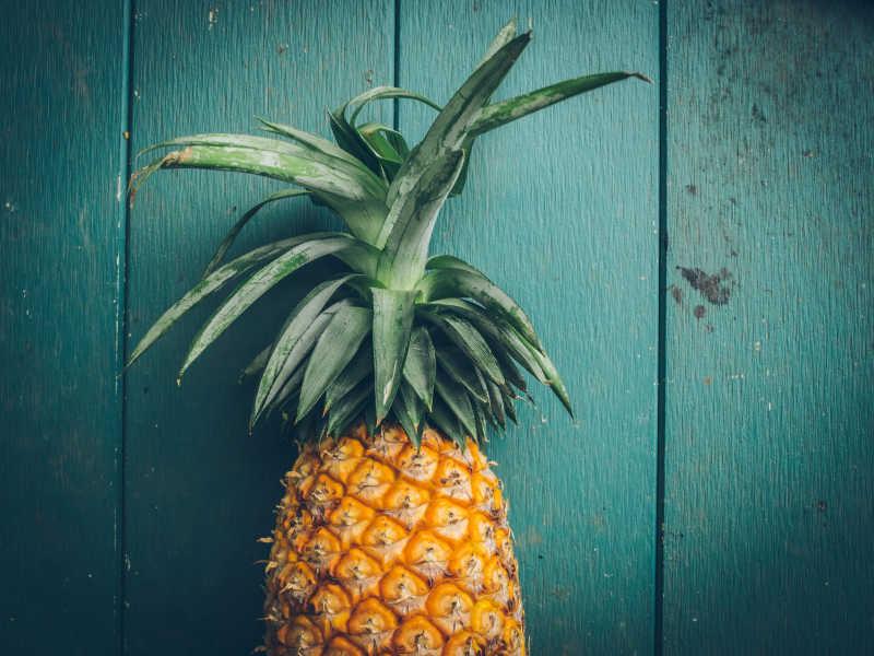 蓝色背景下的黄色菠萝