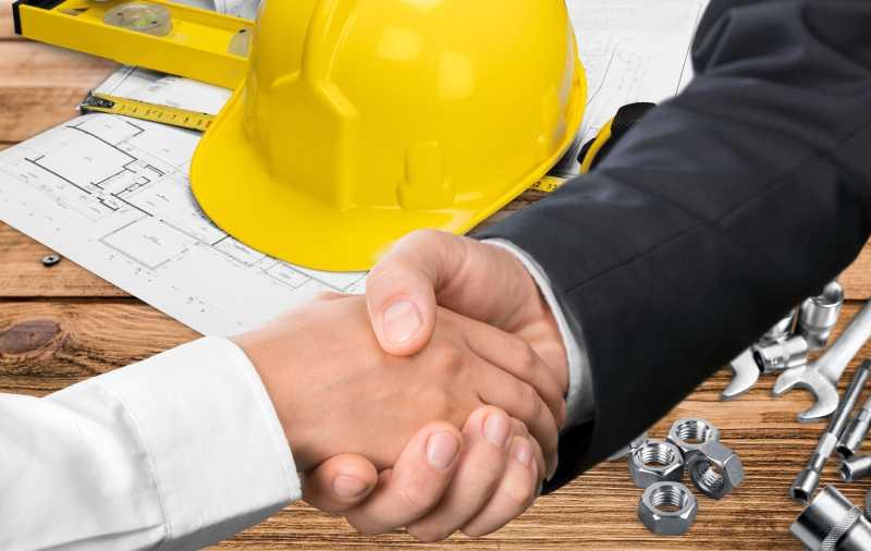 设计蓝图和工具背景前达成协议的承包商