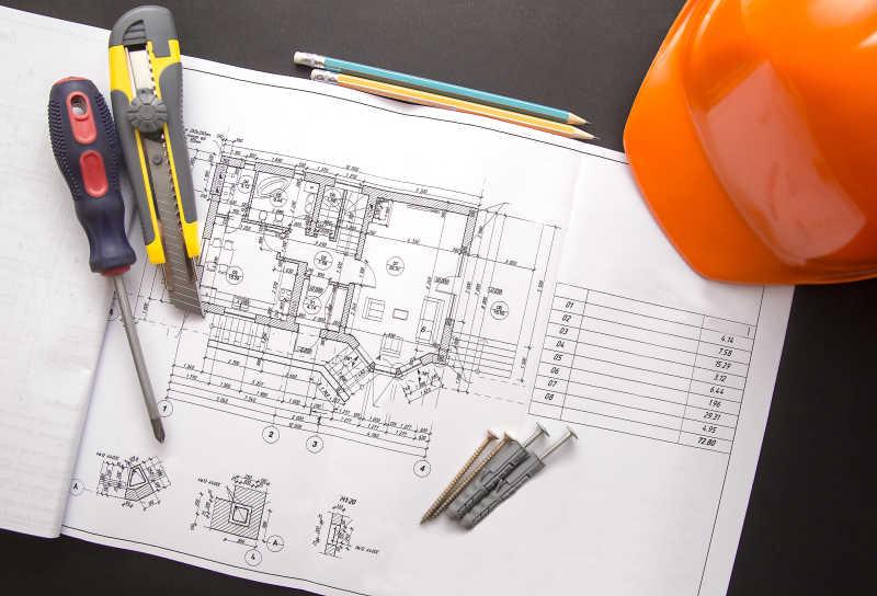 房屋蓝图与安全帽等工作工具