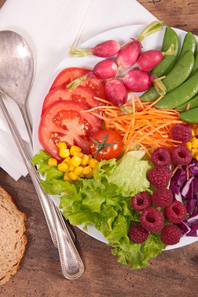 木制背景下的蔬菜沙拉