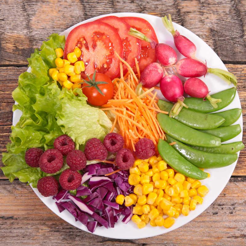 木桌上的素食沙拉