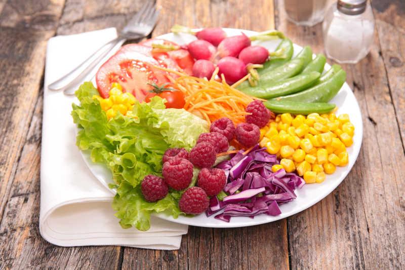 木桌上的蔬菜沙拉拼盘